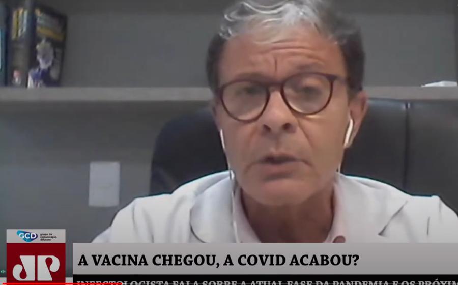Infectologista afirma que a vacina é o primeiro grande passo para controlar a pandemia