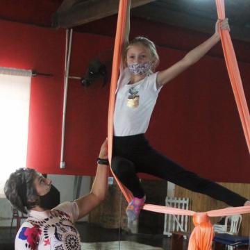 Fundação Cultural oferece aula de tecido acrobático para crianças