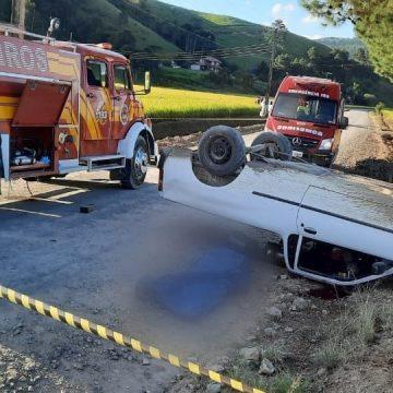 Motorista morre após carro sair da pista e capotar, em Mirim Doce