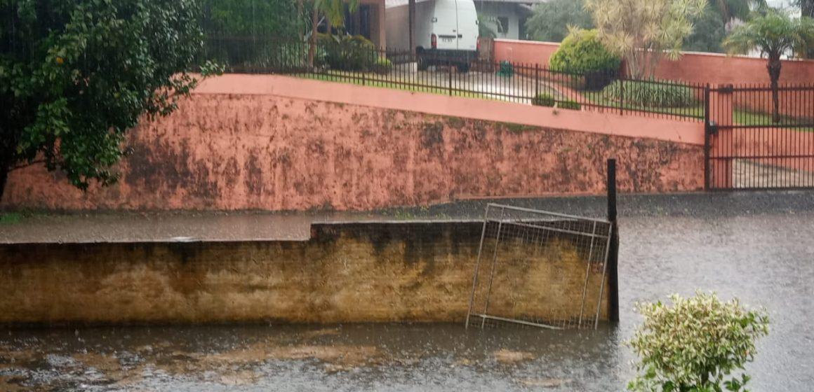 Casas ficam alagadas por causa de bocas de lobo entupidas, no bairro Budag