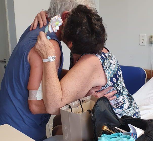 Casal de idosos, internado com Covid-19, se reencontra