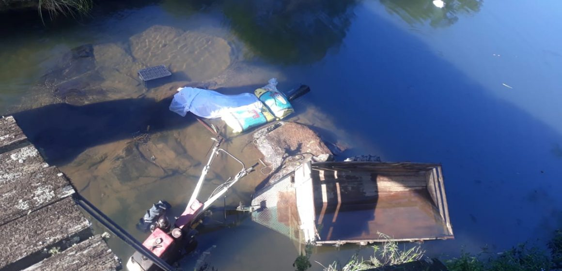 Mulher morre após microtrator cair de ponte, em Alfredo Wagner
