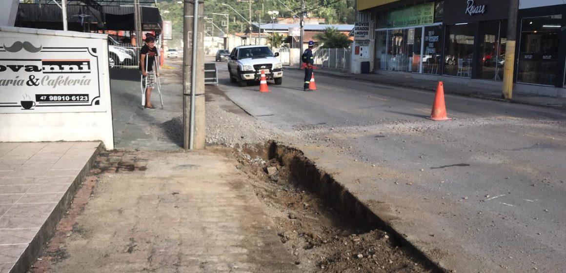 Com inconformidades em obra de esgotamento sanitário, no bairro Canoas, prefeitura solicita reparos na via