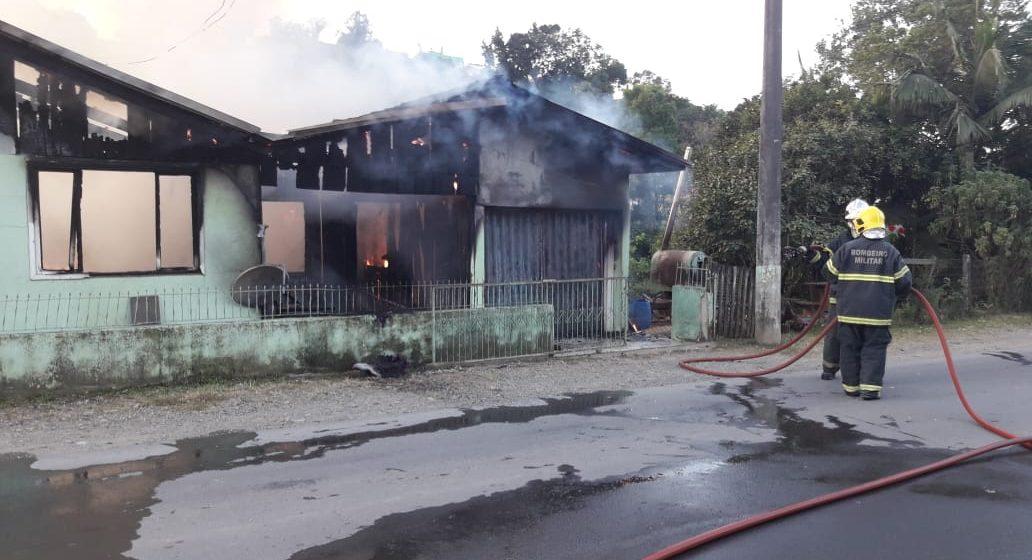 Incêndio destrói casa, em Taió