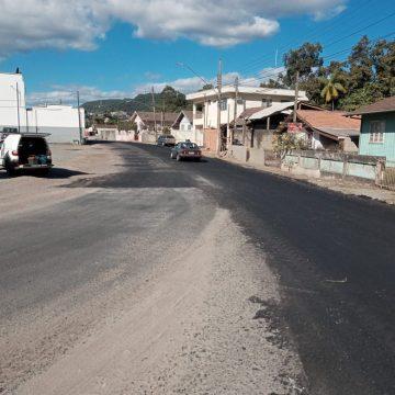 Revitalização do asfalto na Rua Dom Pedro II, no bairro Canoas, deve ser concluída na próxima semana