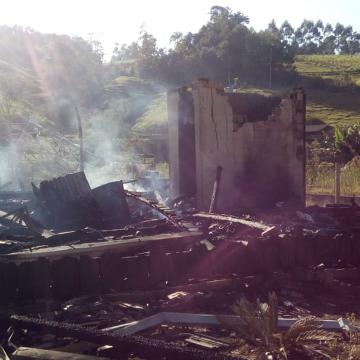 Casal que perdeu residência em incêndio, em Agronômica, precisa de doações de materiais de construção