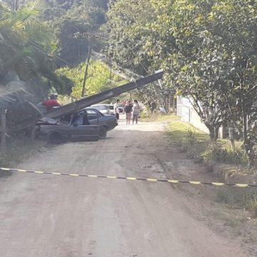 Homem fica gravemente ferido após carro colidir contra poste