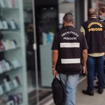 Procon apreende 14 celulares em lojas de Rio do Sul