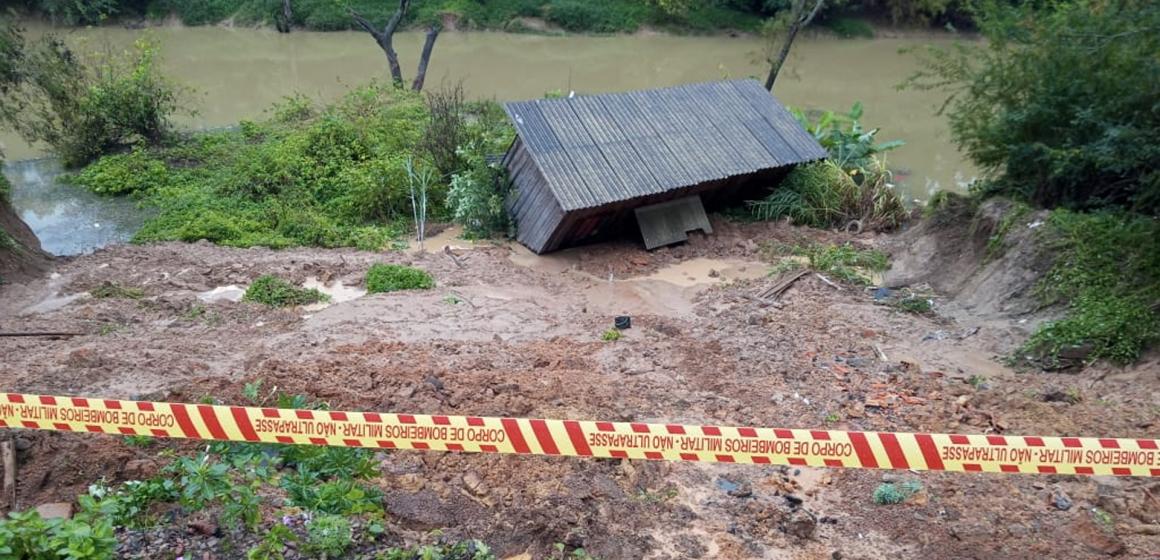 Durante chuvas da madrugada, casa cai em rio no bairro Barra do Trombudo
