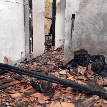 Vela provoca incêndio de casa na Estrada do Bonfim, em Rio do Sul