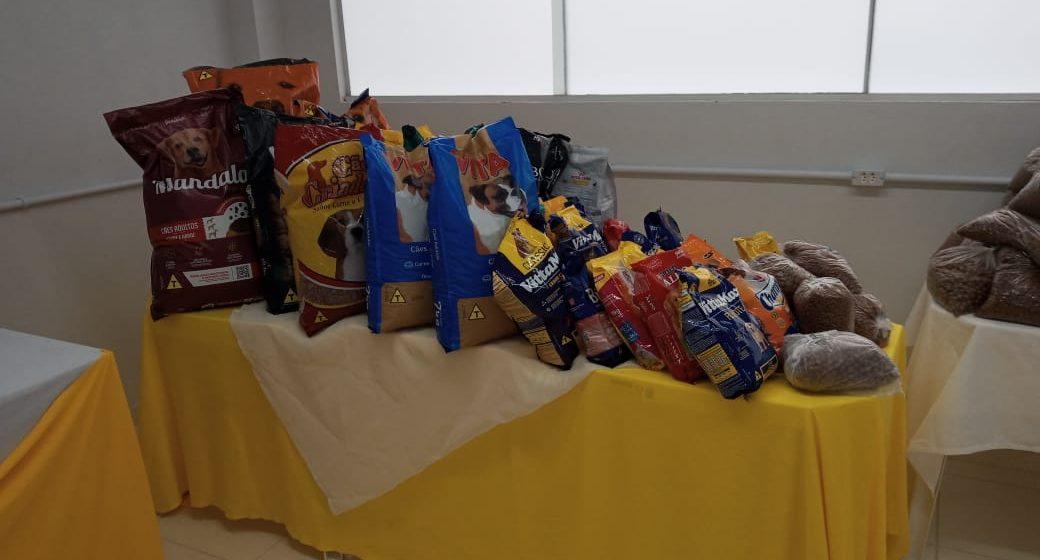 Comunidade vacinada doa 180 quilos de ração à Apad