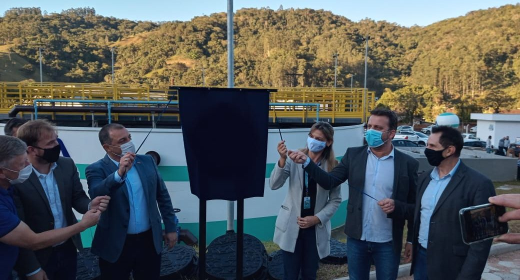 Durante passagem por Ibirama, governador entrega sistema de esgotamento sanitário e anuncia dez leitos para o hospital e 12 viaturas para PM