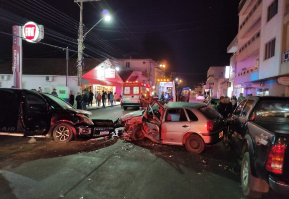 Criança de cinco anos e homem ficam gravemente feridos em acidente no centro de Presidente Getúlio