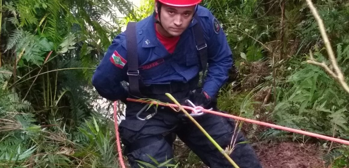 Carro com três ocupantes cai de ribanceira de Taió; uma pessoa está desaparecida