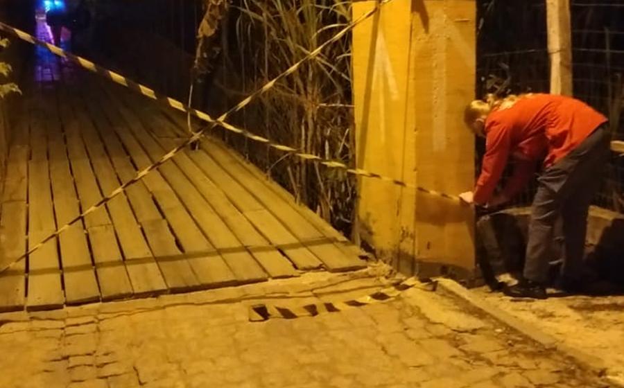 Com tábuas soltas e buracos, ponte é interditada, em Presidente Getúlio