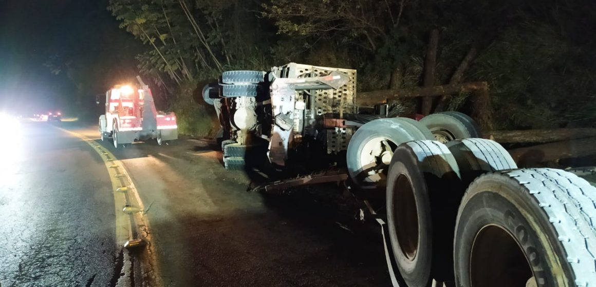 Homem fica ferido após tombamento de caminhão carregado com madeira na BR-470
