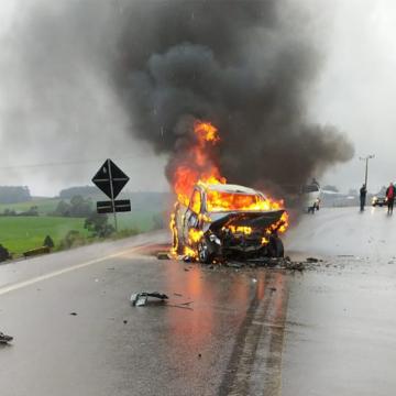 Uma pessoa morre e cinco ficam feridas em colisão frontal entre dois carros na SC-110, em Imbuia