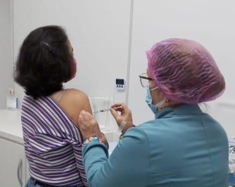 Após imunizar mais de 1200 pessoas no sábado, haverá novo drive-thru para 50 anos