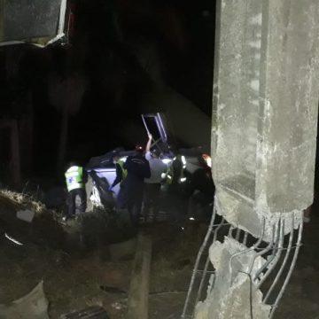 Três pessoas ficam feridas após carro colidir contra poste em Laurentino