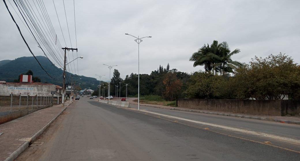 Instalação elétrica subterrânea e postes ornamentais são inseridos na Estrada Blumenau, em Rio do Sul