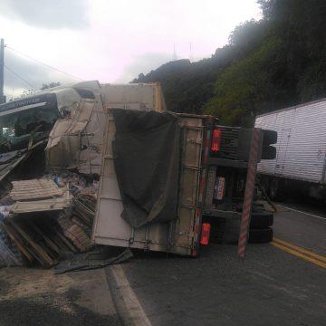 Colisão entre duas carretas, na BR-470, em Ibirama, deixa feridos