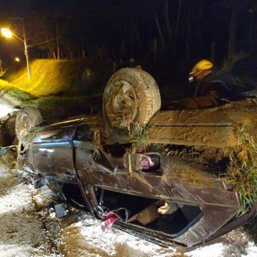 Passageiro fica gravemente ferido após ser lançado do carro em acidente trânsito, no município de Imbuia