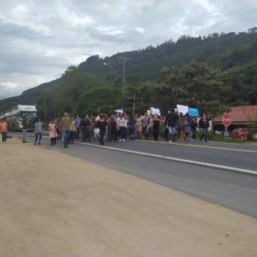 Protesto de indígenas bloqueia trânsito Na BR-470, em Ibirama