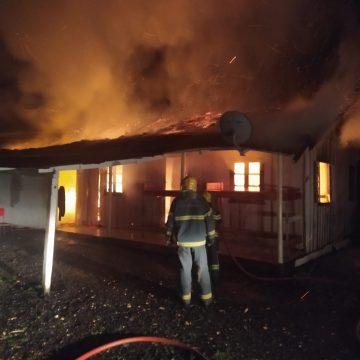 Casa é destruída por um incêndio, em Aurora
