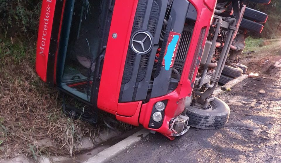 Caminhão tomba na BR-470 em Trombudo Central