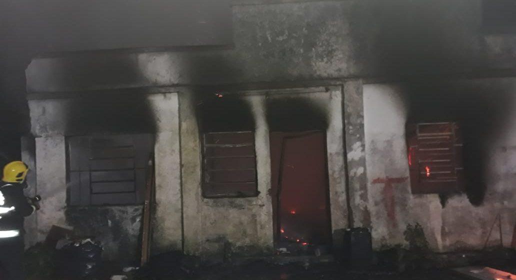 Incêndio destrói residência abandonada em Rio do Sul