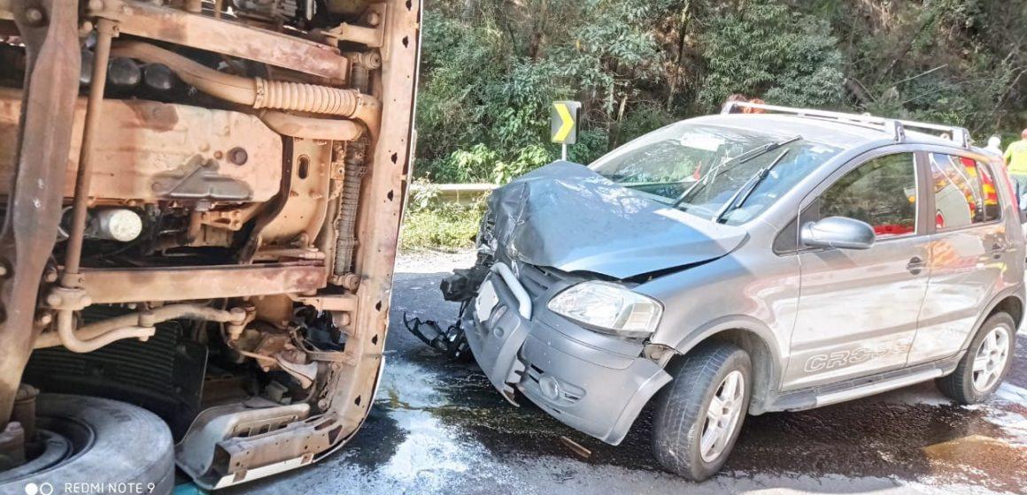 Homem fica gravemente ferido após colidir carro contra carreta que tombou na BR-470, em Pouso Redondo