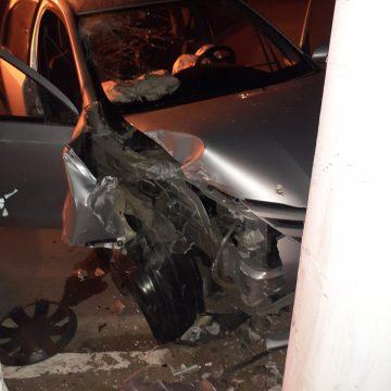 Homem fica gravemente ferido após carro bater contra poste em Ituporanga