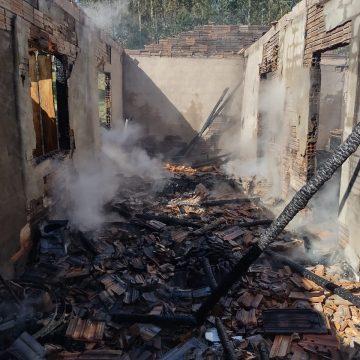 Bombeiros atendem incêndios em duas casas, áreas de reflorestamento e um veículo nas últimas horas