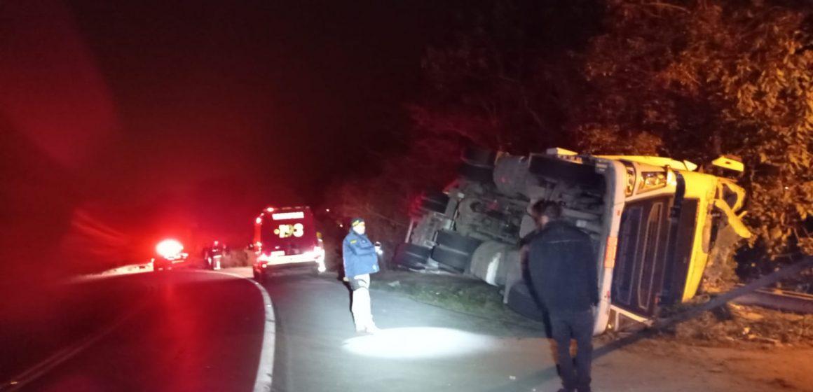 Duas pessoas ficam feridas após tombamento de carreta na BR-470, em Ibirama