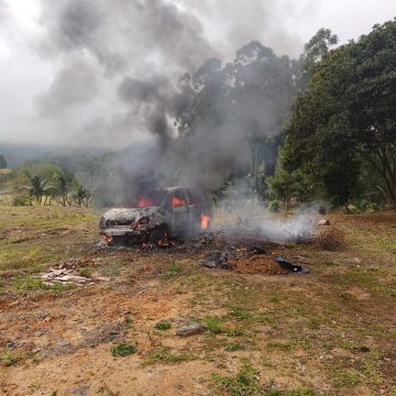 Incêndio destrói carro, em Ituporanga