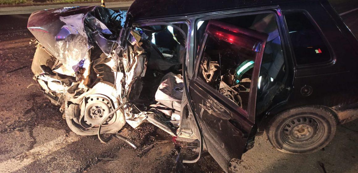 Motorista fica gravemente ferido em colisão entre carro e carreta, na BR-470