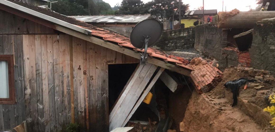 Com rompimento de adutora da Casan, trecho da Rua Wenceslau Borini é interditado, em Rio do Sul
