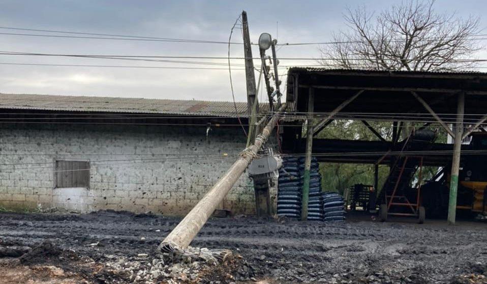Moradores de Pouso Redondo ficam sem energia elétrica após colisão de carro contra poste