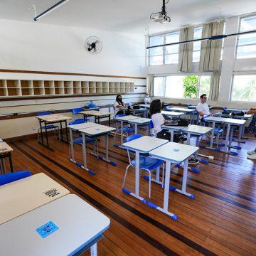 Redução do distanciamento em sala de aula e permissão para uso de toda capacidade do transporte escolar, estão entre as alterações propostas para ampliar atendimento presencial