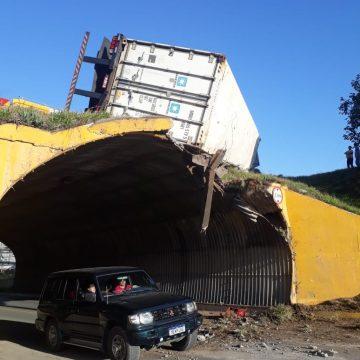 Recuperação do túnel de acesso aos bairros Fundo Canoas e Progresso prevê troca de defensa metálica por concreto armado