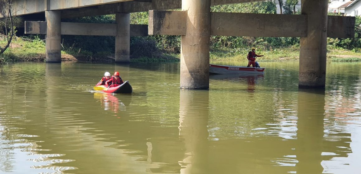Corpo de Bombeiros de Ituporanga mantém buscas por homem que se atirou no Rio Itajaí do Sul