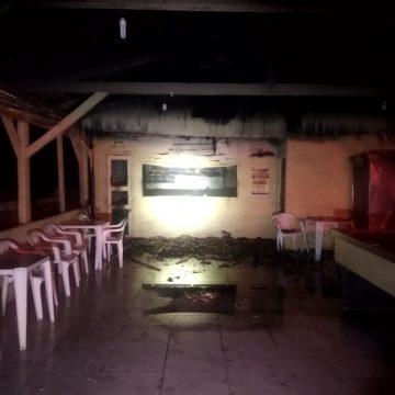Bar tem área tomada por incêndio, em Pouso Redondo