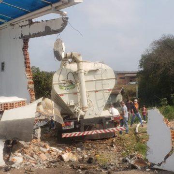 Duas pessoas permanecem internadas em estado grave após acidente com caminhão desgovernado, em Ituporanga