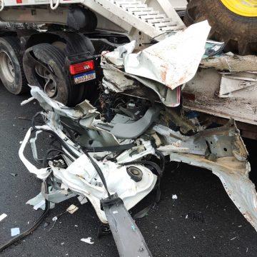 Motorista de 33 anos morre após colisão entre carro e caminhão em Pouso Redondo