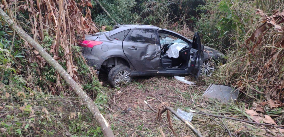 Jovem fica gravemente ferido após saída de pista com colisão em árvore na BR-470