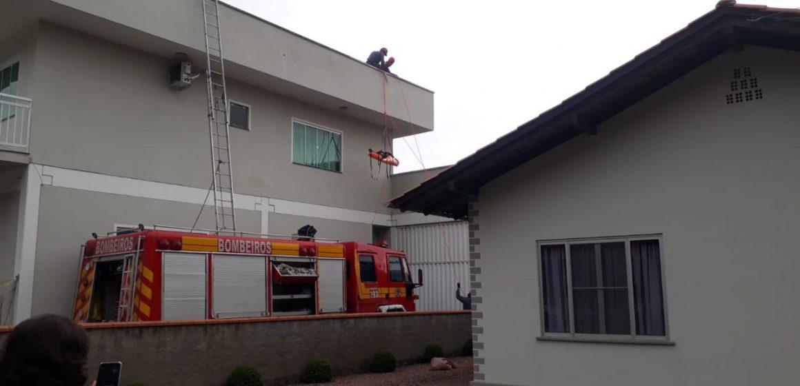 Homem preso no telhado é resgatado em Agrolândia