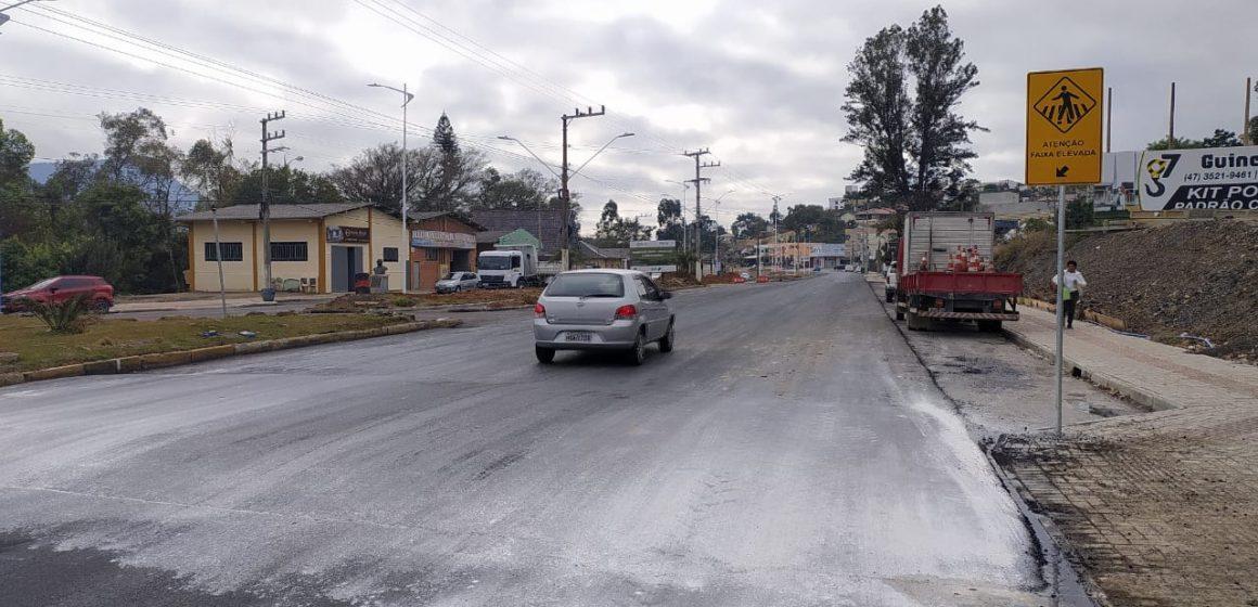 Prefeito determina retirada das faixas elevadas feitas na Estrada Blumenau