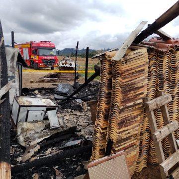 Incêndio consome casa no interior de Vidal Ramos
