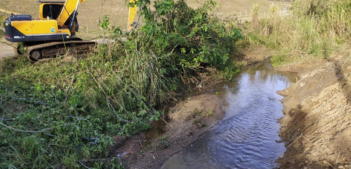 Secretaria de Obras de Rio do Sul realiza limpeza e desassoreamento de ribeirão no bairro Fundo Canoas