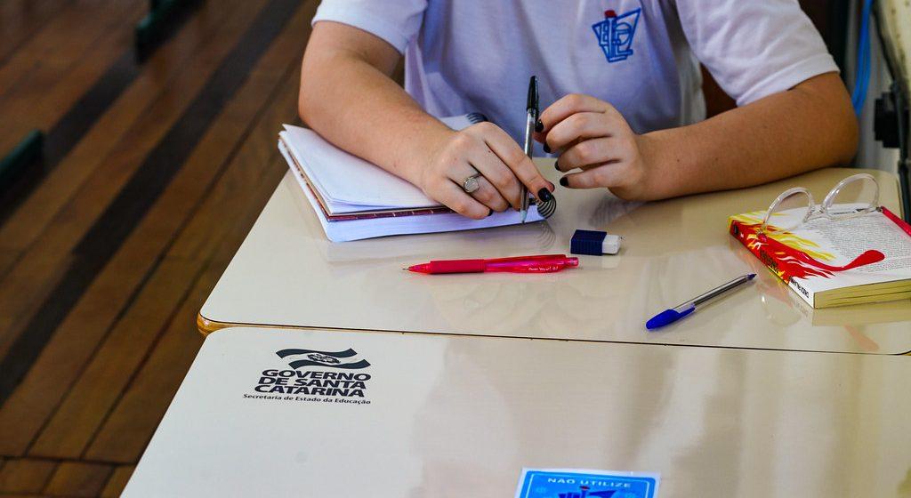 Estudantes carentes do ensino médio catarinense receberão bolsa de R$568 por mês
